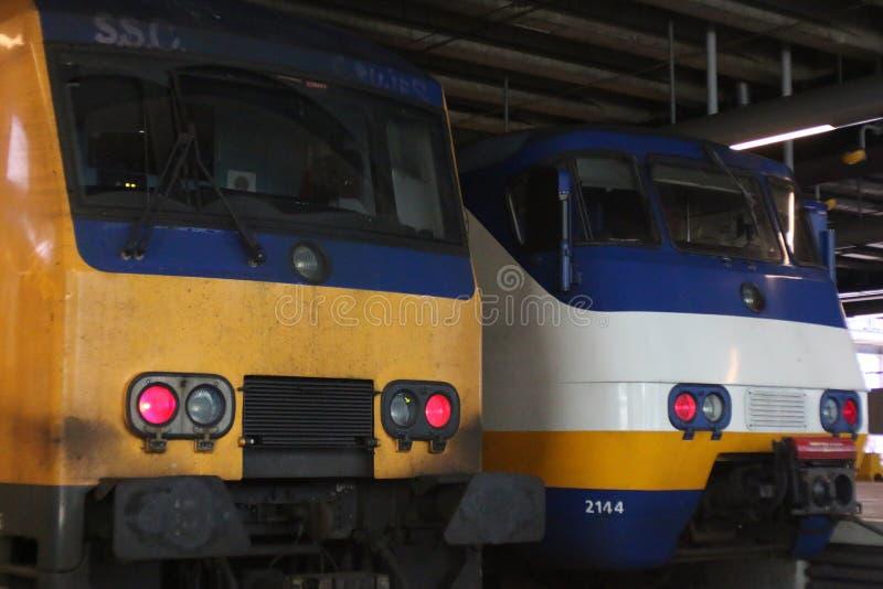 Ουτρέχτη, οι Κάτω Χώρες, στις 15 Φεβρουαρίου 2019: Δύο τραίνα από το ολλανδικό σύστημα σιδηροδρόμων: κίτρινο intercity, άσπρο spr στοκ φωτογραφίες με δικαίωμα ελεύθερης χρήσης