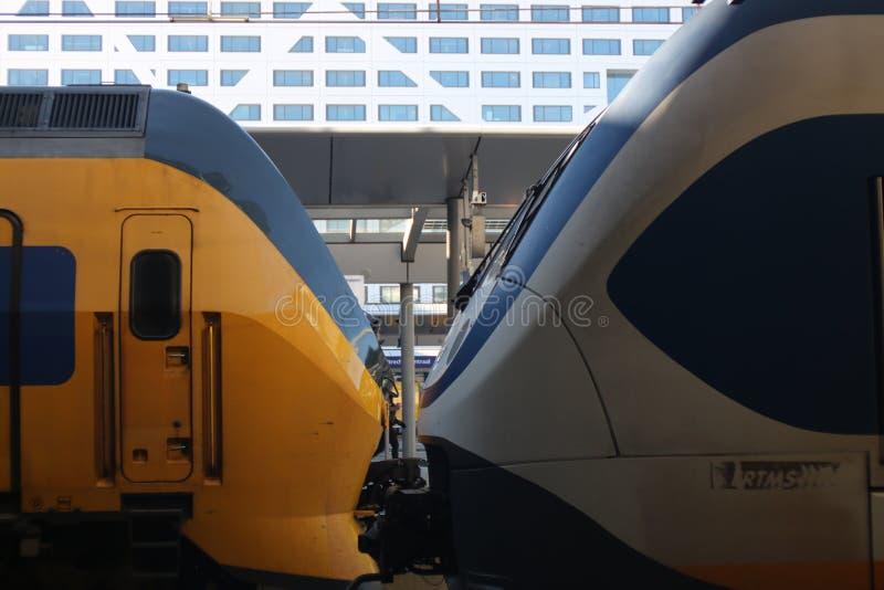 Ουτρέχτη, οι Κάτω Χώρες, στις 15 Φεβρουαρίου 2019: Το μέτωπο intercity και sprinter από το NS στη θέση oppossite στοκ εικόνα