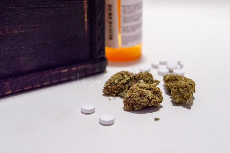 Οπιούχο λουλουδιών μαριχουάνα καννάβεων και χαπιών πόνου συνταγών ναρκωτικό εναλλακτικός δίσκος biloba λουτρών μπαμπού ginkgo ite στοκ εικόνες