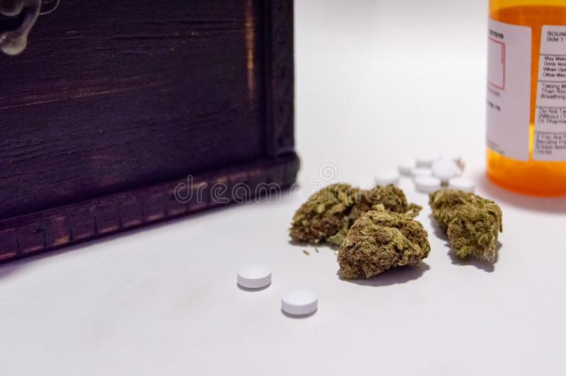 Οπιούχο λουλουδιών μαριχουάνα καννάβεων και χαπιών πόνου συνταγών ναρκωτικό εναλλακτικός δίσκος biloba λουτρών μπαμπού ginkgo ite στοκ φωτογραφία με δικαίωμα ελεύθερης χρήσης