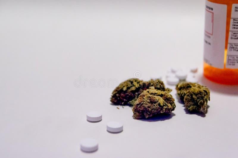 Οπιούχο λουλουδιών μαριχουάνα καννάβεων και χαπιών πόνου συνταγών ναρκωτικό εναλλακτικός δίσκος biloba λουτρών μπαμπού ginkgo ite στοκ εικόνα με δικαίωμα ελεύθερης χρήσης