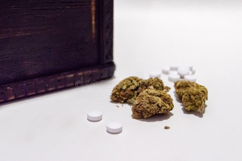 Οπιούχο λουλουδιών μαριχουάνα καννάβεων και χαπιών πόνου συνταγών ναρκωτικό εναλλακτικός δίσκος biloba λουτρών μπαμπού ginkgo ite στοκ εικόνα
