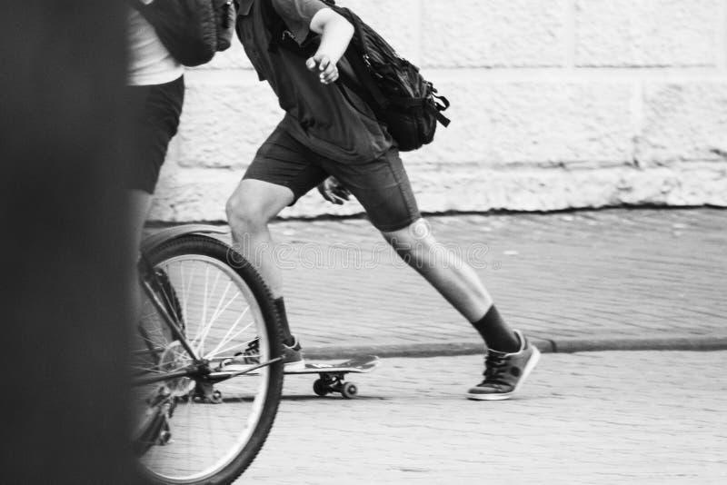 Ο έφηβος στα σορτς οδηγά skateboard μαύρο λευκό στοκ εικόνα