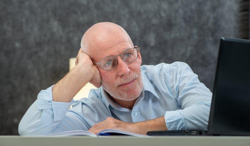 Ο ανώτερος επιχειρηματίας είναι κουρασμένος στο γραφείο στοκ εικόνες με δικαίωμα ελεύθερης χρήσης