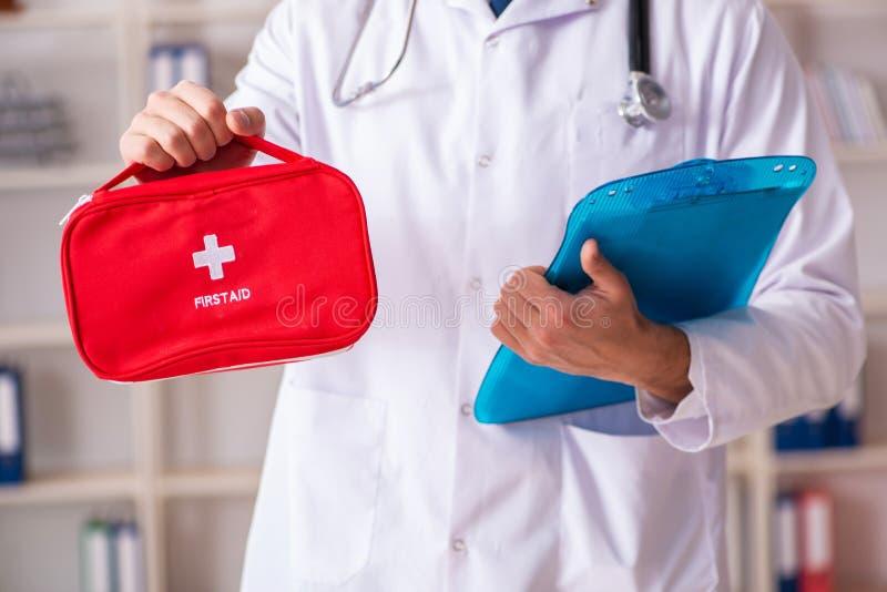 Ο αρσενικός γιατρός με την τσάντα πρώτων βοηθειών στοκ εικόνα με δικαίωμα ελεύθερης χρήσης