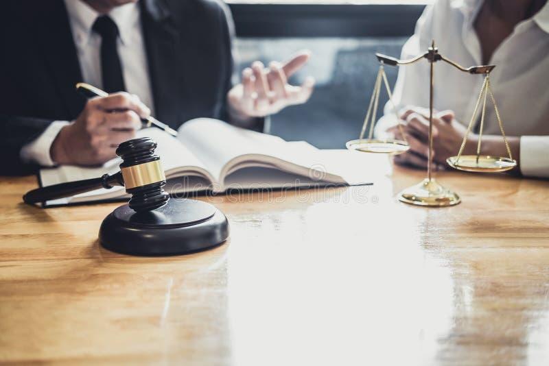 Ο αρσενικός δικηγόρος ή ο σύμβουλος που εργάζεται στο δικαστήριο διοργανώνει τη συνεδρίαση με τον πελάτη είναι διαβουλεύσεις με τ στοκ φωτογραφία με δικαίωμα ελεύθερης χρήσης