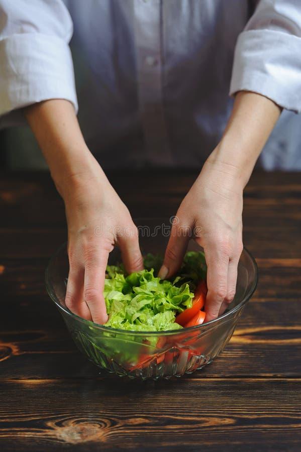 Ο αρχιμάγειρας προετοιμάζει μια σαλάτα των λαχανικών στοκ φωτογραφία με δικαίωμα ελεύθερης χρήσης