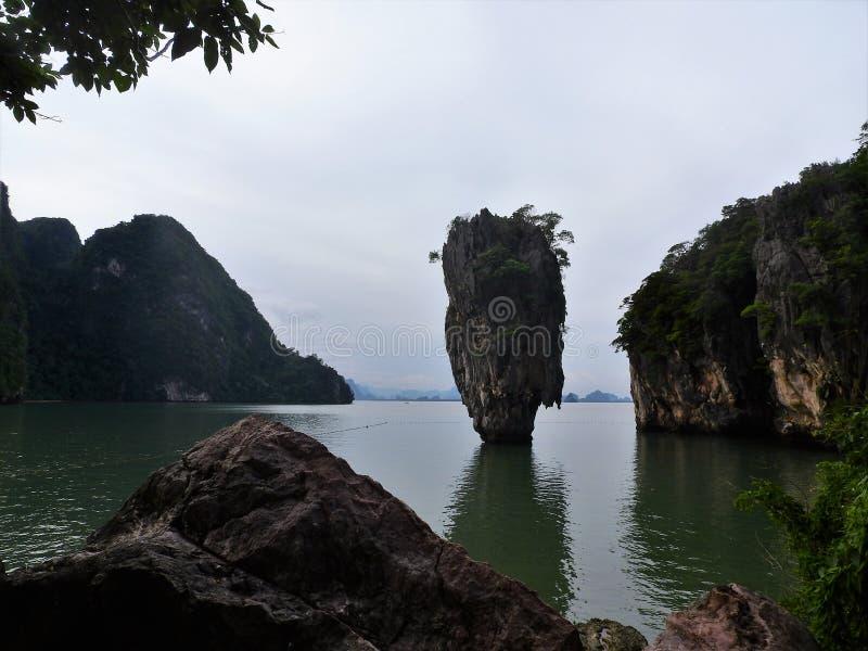 Ο γραφικός και πράσινος δεσμός Jame νησιών τοποθετημένος είναι Ko Tapu στον κόλπο Ταϊλάνδη Phang Nga στοκ φωτογραφίες