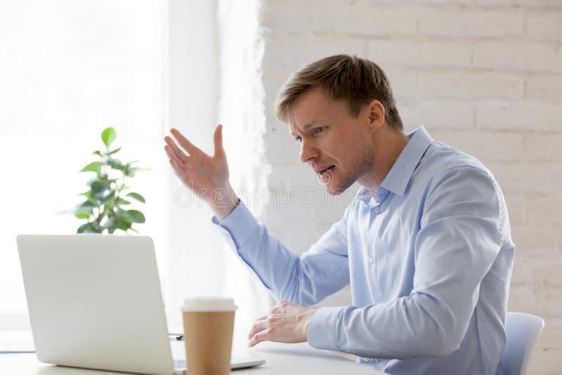 Ο ενοχλημένος επιχειρηματίας που έχει τα προβλήματα με υπολογιστών αισθάνεται 0 στοκ φωτογραφίες με δικαίωμα ελεύθερης χρήσης