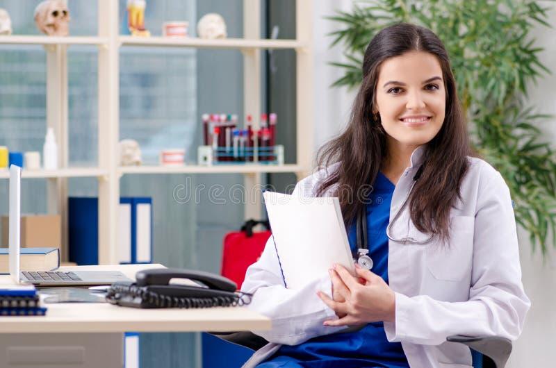 Ο θηλυκός γιατρός που εργάζεται στην κλινική στοκ εικόνα με δικαίωμα ελεύθερης χρήσης