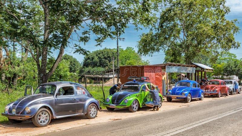 Ο κάνθαρος της VW συναντιέται στο Colonia Independencia στην καρδιά της Παραγουάης με τις περίεργες ετικέττες στοκ φωτογραφία με δικαίωμα ελεύθερης χρήσης