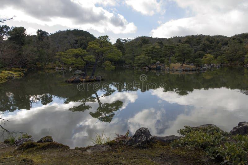 Ο κήπος στο ναό Kinkakuji στο Κιότο, Ιαπωνία στοκ εικόνα με δικαίωμα ελεύθερης χρήσης