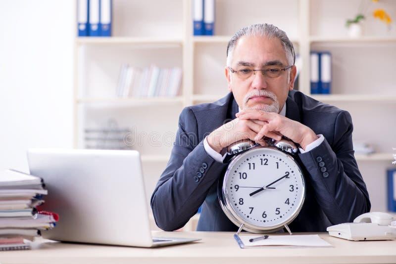 Ο λευκός γενειοφόρος παλαιός υπάλληλος επιχειρηματιών δυστυχισμένος με την υπερβολική εργασία στοκ εικόνα με δικαίωμα ελεύθερης χρήσης