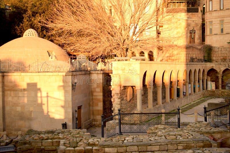 Ο μιναρές μουσουλμανικών τεμενών στην παλαιά κωμόπολη πόλεων στοκ φωτογραφία με δικαίωμα ελεύθερης χρήσης