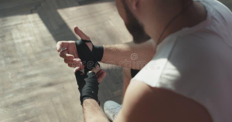 Ο μπόξερ τυλίγει τα χέρια Τυλίγοντας χέρια μπόξερ ατόμων που παίρνουν έτοιμα για μια πάλη στοκ φωτογραφίες