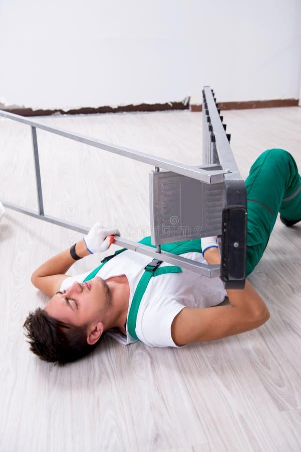 Ο νέος εργαζόμενος που πέφτει από τη σκάλα στοκ εικόνες με δικαίωμα ελεύθερης χρήσης