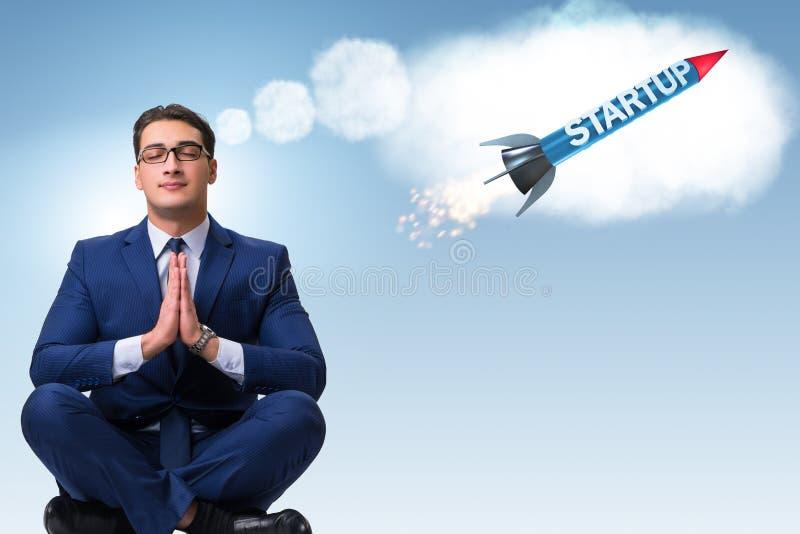 Ο νέος επιχειρηματίας που ονειρεύεται τα καλύτερα πράγματα στοκ φωτογραφία