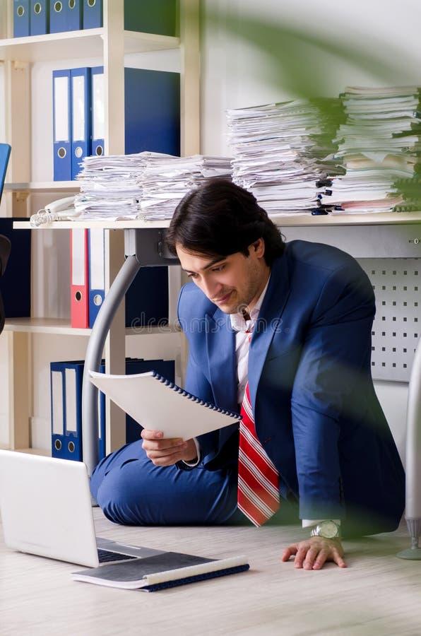 Ο νέος υπάλληλος επιχειρηματιών δυστυχισμένος με την υπερβολική εργασία στοκ εικόνα με δικαίωμα ελεύθερης χρήσης
