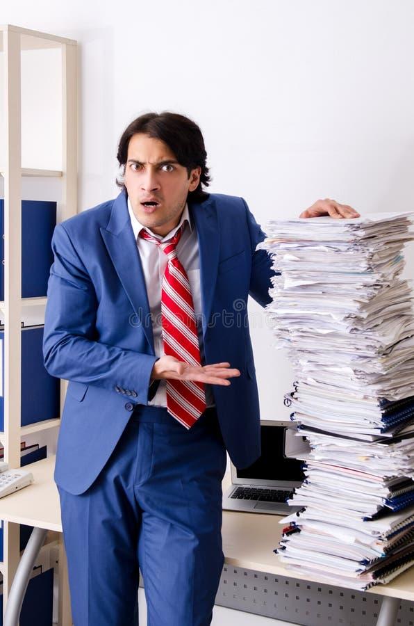 Ο νέος υπάλληλος επιχειρηματιών δυστυχισμένος με την υπερβολική εργασία στοκ φωτογραφία με δικαίωμα ελεύθερης χρήσης