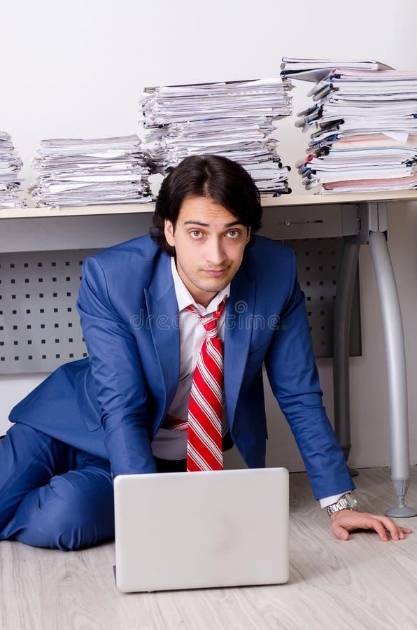 Ο νέος υπάλληλος επιχειρηματιών δυστυχισμένος με την υπερβολική εργασία στοκ φωτογραφίες με δικαίωμα ελεύθερης χρήσης