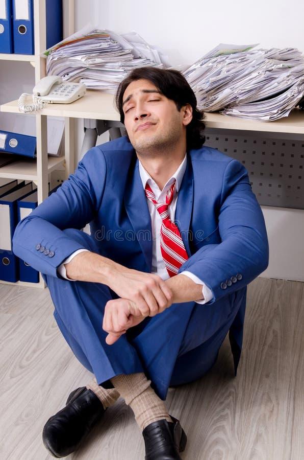 Ο νέος υπάλληλος επιχειρηματιών δυστυχισμένος με την υπερβολική εργασία στοκ εικόνες με δικαίωμα ελεύθερης χρήσης