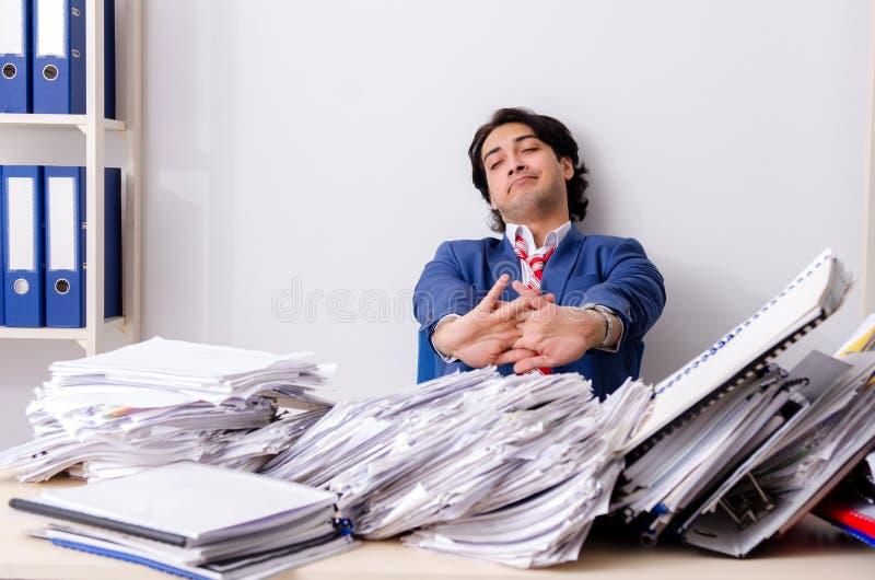 Ο νέος υπάλληλος επιχειρηματιών δυστυχισμένος με την υπερβολική εργασία στοκ φωτογραφίες