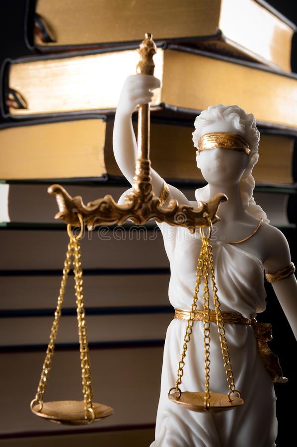 Ο νομικός κώδικας, η επιβολή του νόμου και η τυφλή έννοια Iustitia με το άγαλμα το ανάχωμα γυναικείας δικαιοσύνης στα ελληνικά κα στοκ φωτογραφία με δικαίωμα ελεύθερης χρήσης
