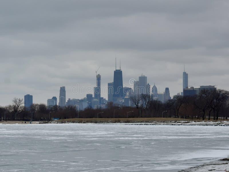 Ο ορίζοντας του Σικάγου πέρα από παγωμένο ενθαρρύνει την παραλία λεωφόρων στοκ φωτογραφία