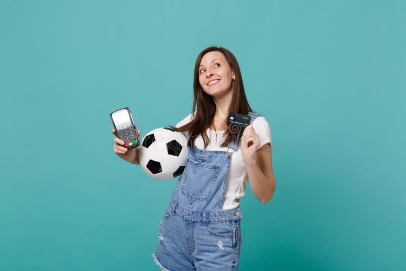 Ο οπαδός ποδοσφαίρου γυναικών Dreamful που ανατρέχει, υποστηρίζει την αγαπημένη ομάδα με τη σφαίρα ποδοσφαίρου, ασύρματο σύγχρονο στοκ φωτογραφία
