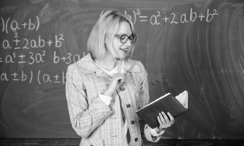 Ο δάσκαλος σχολείου εξηγεί τα πράγματα καλά και κάνει υπαγόμενος να ενδιαφέρει Η αποτελεσματική διδασκαλία περιλαμβάνει την απόκτ στοκ φωτογραφίες
