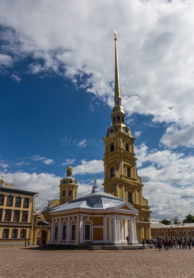 Ο διάσημοι Peter και ο καθεδρικός ναός του Paul στο έδαφος του Peter και του φρουρίου του Paul Αγία Πετρούπολη Ρωσία στοκ φωτογραφία με δικαίωμα ελεύθερης χρήσης