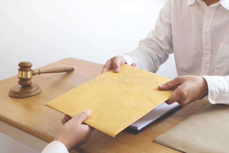 Ο δικηγόρος στέλνει μια σύμβαση τεκμηριώνει στον πελάτη στην αρχή δικηγόρος συμβούλων, πληρεξούσιος, δικαστής δικαστηρίων, έννοια στοκ φωτογραφία με δικαίωμα ελεύθερης χρήσης