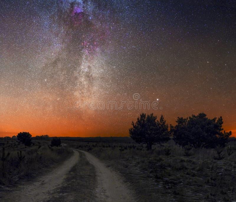 Ο δρόμος στο διάστημα στο γαλακτώδη τρόπο στοκ εικόνα