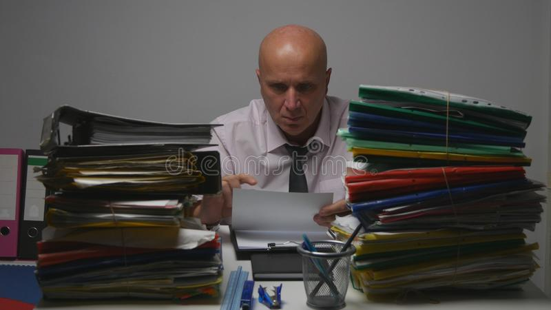 Ο σοβαρός επιχειρηματίας διάβασε μια σύμβαση και έγινε νευρικός και ενοχλημένος στοκ φωτογραφίες