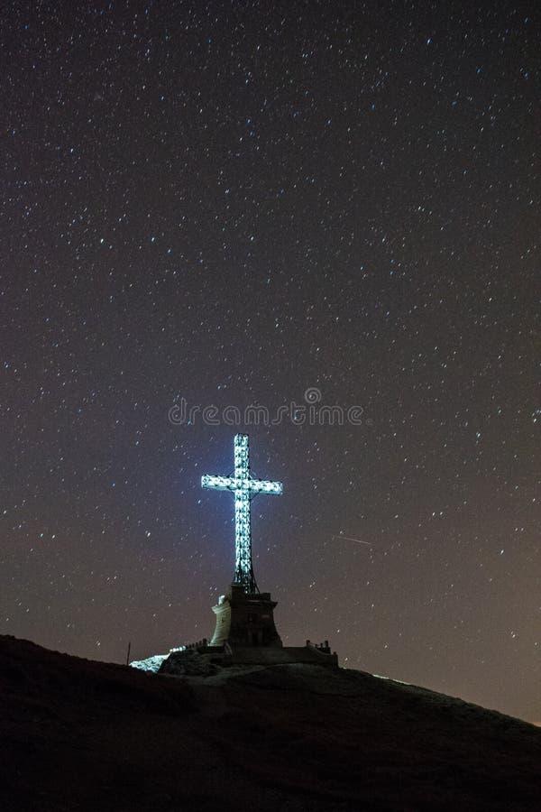 Ο σταυρός ηρώων από την αιχμή Caraiman, βουνά Bucegi, Ρουμανία στοκ εικόνα