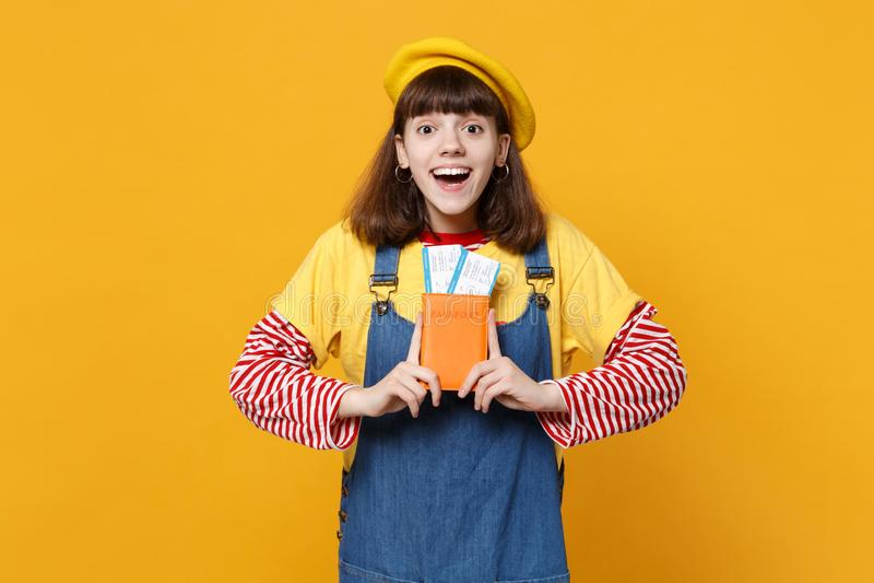 Ο συγκινημένος έκπληκτος έφηβος κοριτσιών γαλλικό beret, εισιτήριο περασμάτων τροφής διαβατηρίων εκμετάλλευσης τζιν sundress απομ στοκ εικόνες