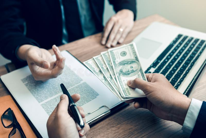 Ο συνεργάτης έχει κάνει μια απάτη στη σύμβαση της πώλησης και της παράδοσης μετρητών και τη μάνδρα στον επιχειρηματία που υπογράφ στοκ φωτογραφία με δικαίωμα ελεύθερης χρήσης