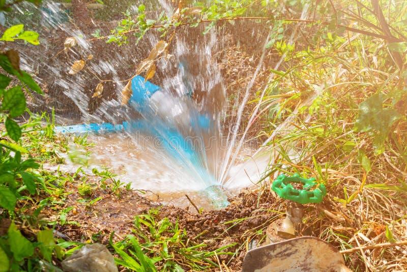 Ο σπασμένος σωλήνας στην τρύπα με την κίνηση νερού στην άκρη του δρόμου περιμένει την επισκευή στοκ φωτογραφίες με δικαίωμα ελεύθερης χρήσης