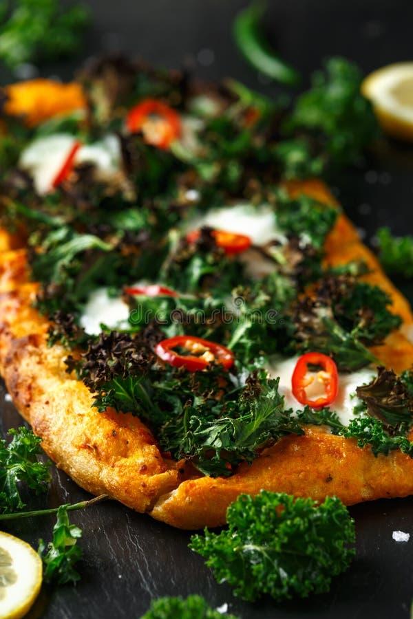 Ο σπιτικός Kale και κόκκινη πίτσα τσίλι flatbread με τη μοτσαρέλα στοκ φωτογραφίες με δικαίωμα ελεύθερης χρήσης