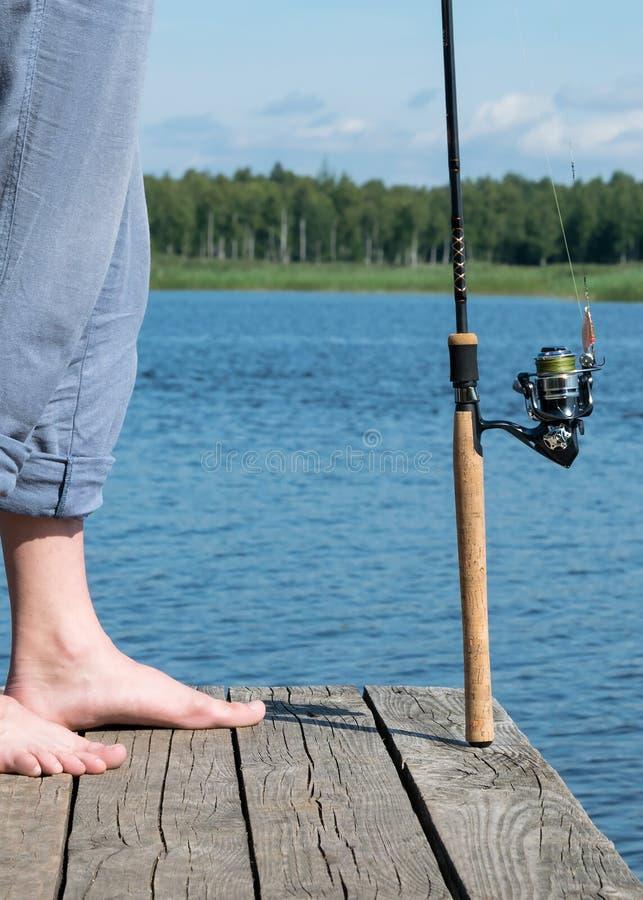 Ο ψαράς ήρθε στον ποταμό να αλιεύσει στο δόλωμα από την αποβάθρα, κινηματογράφηση σε πρώτο πλάνο στοκ εικόνες με δικαίωμα ελεύθερης χρήσης