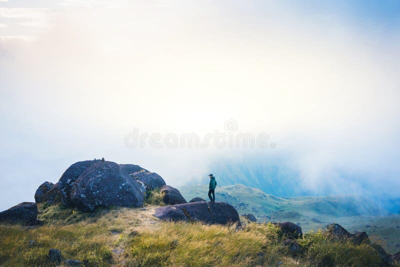 Ο τουρίστας της Ασίας νεαρών άνδρων φίλτρων Instagram στο βουνό προσέχει κατά τη διάρκεια του misty και ομιχλώδους πρωινού στοκ φωτογραφία με δικαίωμα ελεύθερης χρήσης