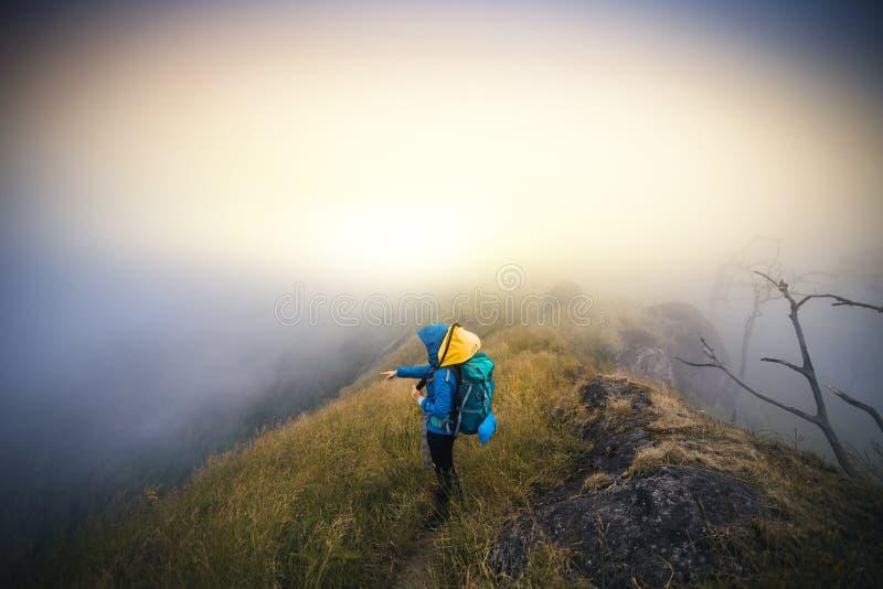 Ο τουρίστας της Ασίας νεαρών άνδρων φίλτρων Instagram στο βουνό προσέχει κατά τη διάρκεια του misty και ομιχλώδους πρωινού στοκ φωτογραφίες με δικαίωμα ελεύθερης χρήσης