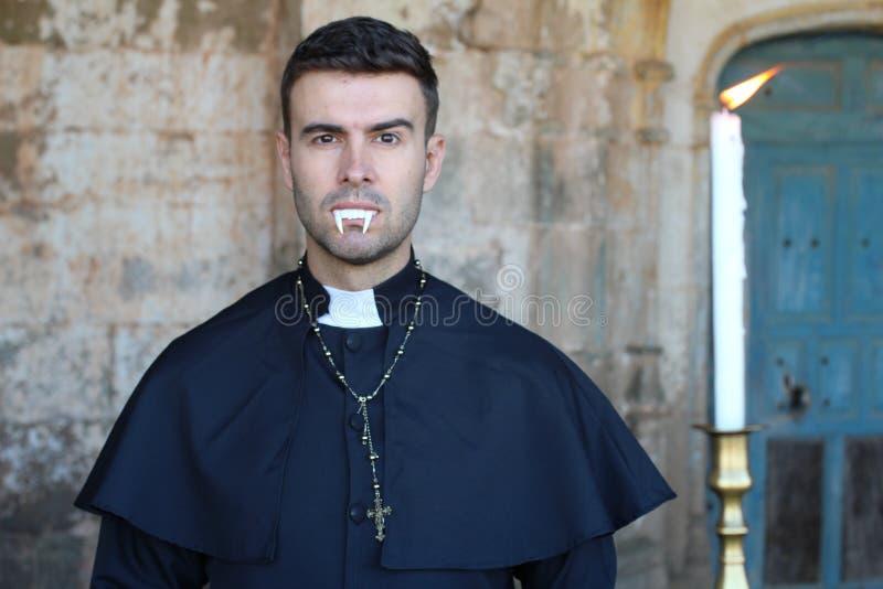 Ο τρομακτικός ιερέας με τους κυνόδοντες κλείνει επάνω στοκ φωτογραφίες
