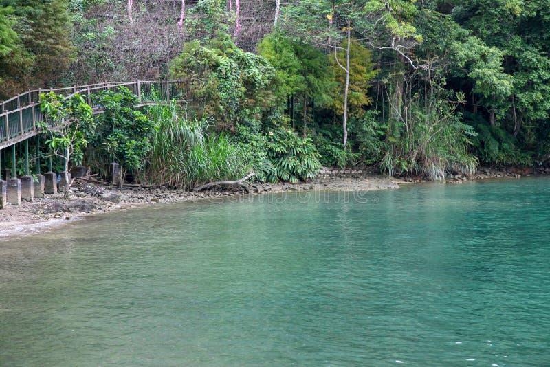 Ο τρόπος περιπάτων από το ξύλο για τον περίπατο στη λίμνη φεγγαριών ήλιων στην Ταϊβάν στοκ φωτογραφία με δικαίωμα ελεύθερης χρήσης