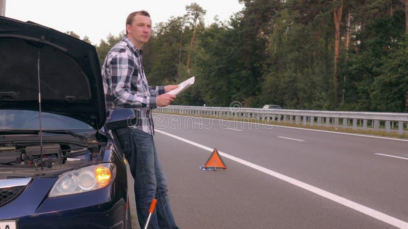 Ο τύπος έχει το τροχαίο ατύχημα στοκ εικόνες