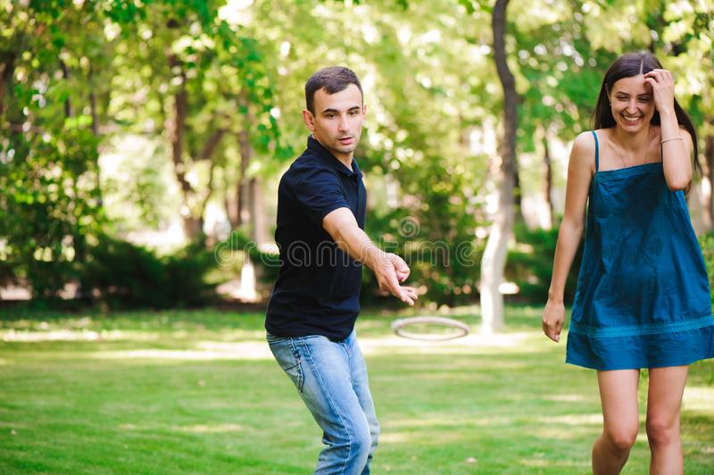 Ο τύπος και το κορίτσι ανταγωνίζονται στην εκτίναξη δαχτυλιδιών στοκ φωτογραφία με δικαίωμα ελεύθερης χρήσης