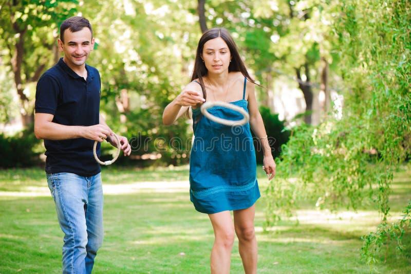 Ο τύπος και το κορίτσι ανταγωνίζονται στην εκτίναξη δαχτυλιδιών στοκ φωτογραφίες