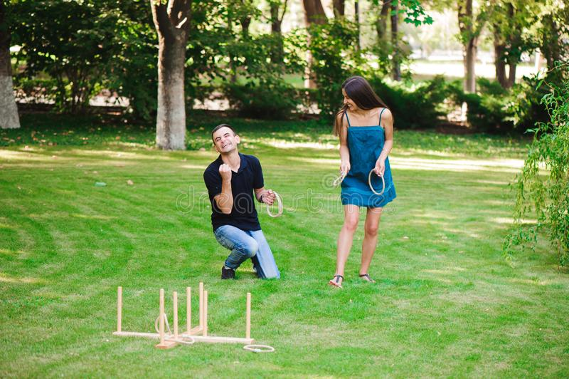 Ο τύπος και το κορίτσι ανταγωνίζονται στην εκτίναξη δαχτυλιδιών στοκ εικόνα