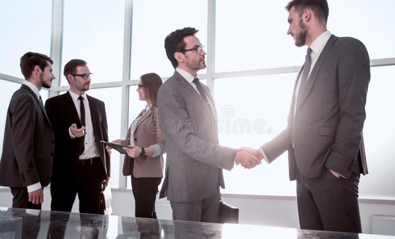 Ο υπάλληλος δέχεται τα συγχαρητήρια από τον προϊστάμενο στοκ φωτογραφίες