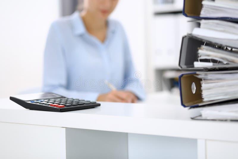 Ο υπολογιστής και οι σύνδεσμοι με τα έγγραφα περιμένουν να υποβληθούν σε επεξεργασία από την επιχειρησιακό γυναίκα ή το λογιστή π στοκ εικόνα με δικαίωμα ελεύθερης χρήσης